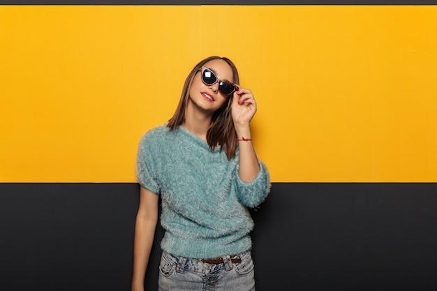 Fasonuj portret atrakcyjnej, stylowej kobiety w okularach przeciwsłonecznych
