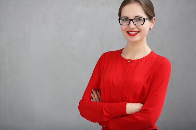 Fasonuje biznesowej kobiety z czerwonym koszula i szkieł portretem