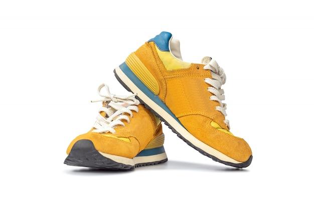 Fasonuje działających tenisówka buty odizolowywających na bielu.