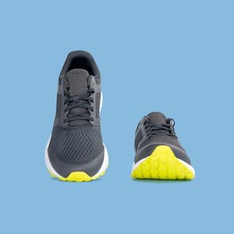 Fasonuje działających tenisówka buty odizolowywających na pięknym pastelowego koloru tle z ścinek ścieżką.