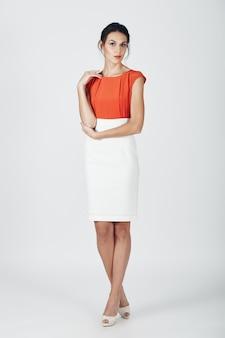 Fasonuje fotografię młoda wspaniała kobieta w bielu