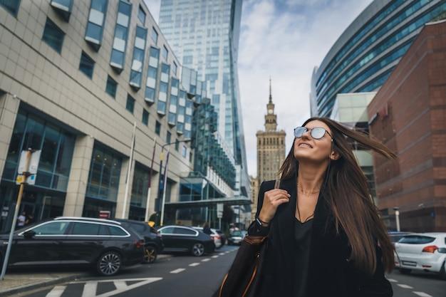 Fasonuje kobieta portret młoda ładna modna dziewczyna pozuje przy miastem w europa.