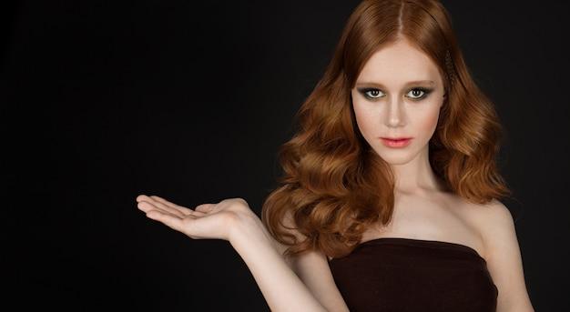 Fasonuje pojęcie portret kobieta z pięknym długim czerwonym zdrowym błyszczącym włosy