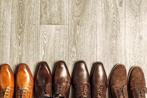 Fasonuje pojęcie z męskimi butami na drewnianym