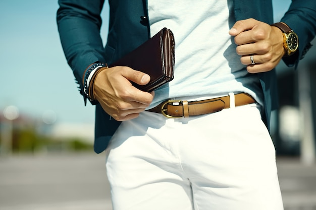Fasonuje portret młodego biznesmena przystojnego modela mężczyzna w przypadkowym sukiennym kostiumu z akcesoriami na rękach
