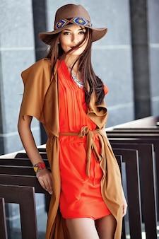 Fasonuje portret młody hipis kobiety model w lato słonecznym dniu w jaskrawym kolorowym modnisiu odziewa w kapeluszu