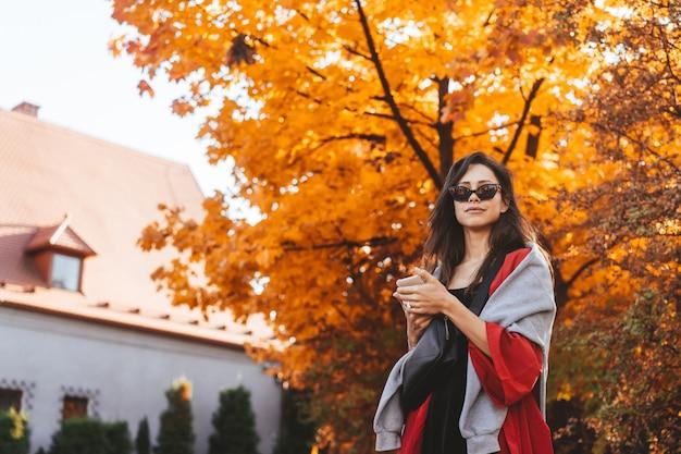 Fasonuje portret piękna kobieta w jesień parku