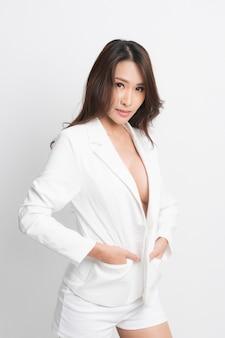 Fasonuje seksownej kobiety jest ubranym białego kostium.