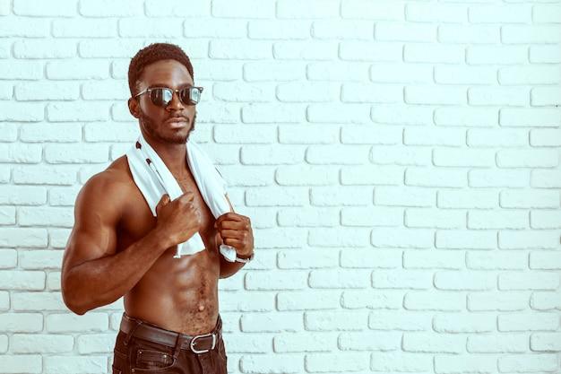 Fasonuje strzał uśmiechnięty atrakcyjny dysponowany model amerykanina afrykańskiego pochodzenia