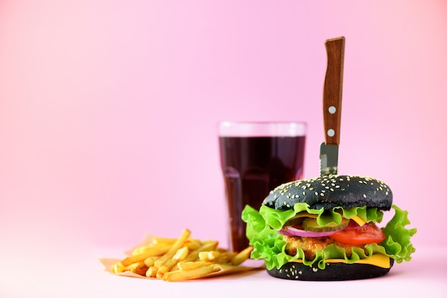 Fast food banner. soczyste mięso hamburgery z serem, sałata na różowym tle. jedzenie na wynos. niezdrowa dieta koncepcja z miejsca na kopię