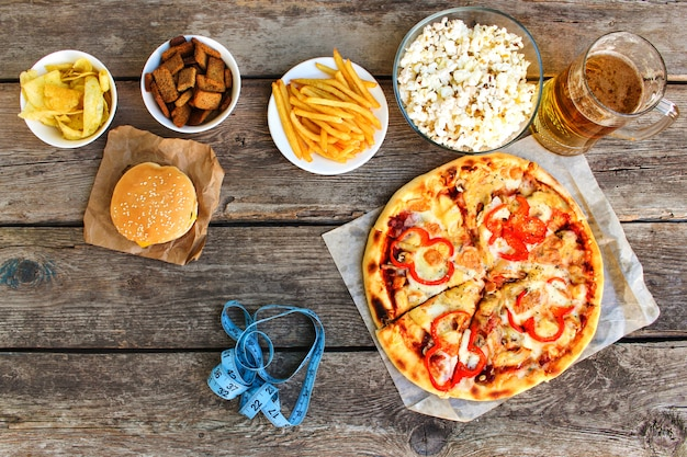 Fast food, taśma miernicza. pojęcie śmieciowego jedzenia.