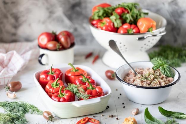 Faszerowana czerwona papryka z pomidorami i ziołami gotowanymi w piekarniku.