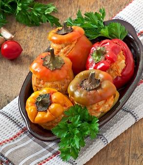 Faszerowana papryka mielona z kurczaka z marchewką w sosie pomidorowym