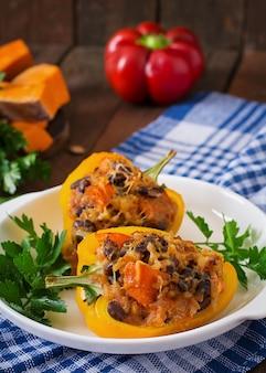 Faszerowana papryka z ryżem, fasolą i dynią w stylu meksykańskim