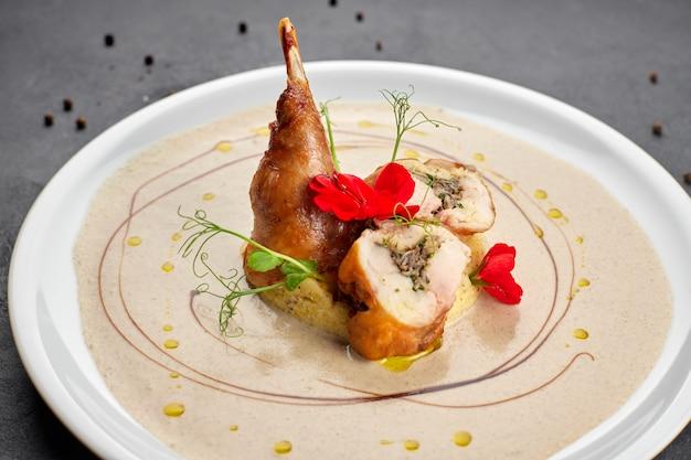 Faszerowana udko z kaczki z sosem na białym talerzu