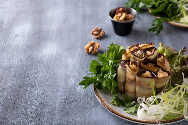 Faszerowane bułeczki z bakłażanem z serem, czosnkiem i orzechami włoskimi. przystawka z bakłażana. skopiuj miejsce
