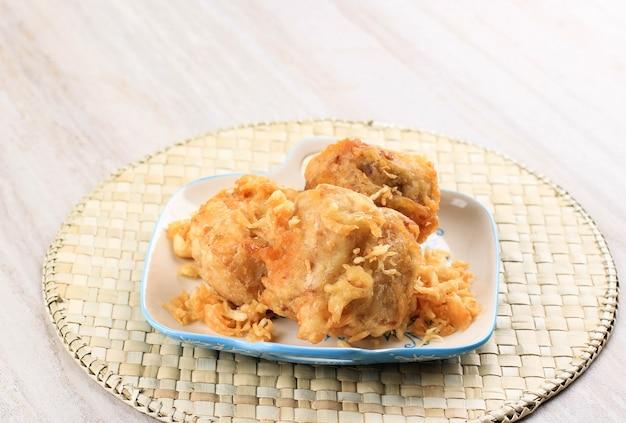 Faszerowane chrupiące smażone tofu (tahu isi berontak), smażone w głębokim głębokim cieście tofu panierowane z mąką z warzywami smażonymi, marchew, kapusta, dziobek w środku.. czasami dodaj chilli.