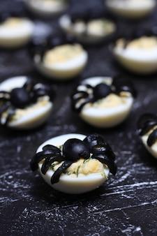 Faszerowane diabelskie jajka na pająki z czarnymi oliwkami na halloween