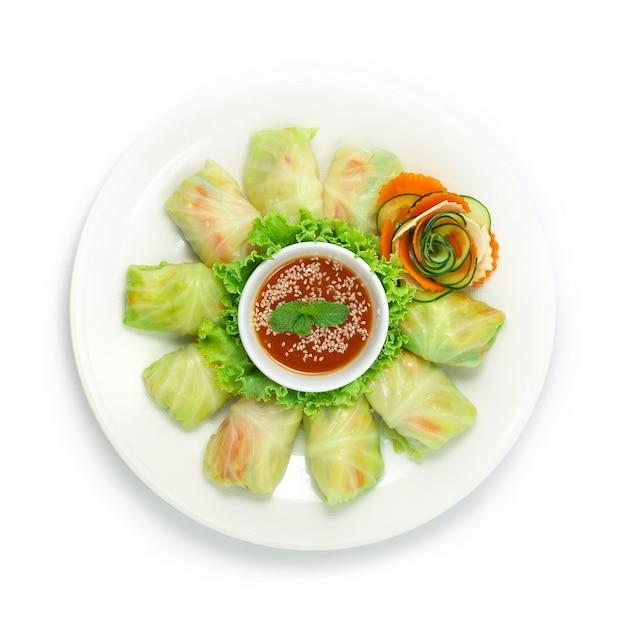 Faszerowane gołąbki z kurczaka z warzywami podawane w sosie sukiyaki