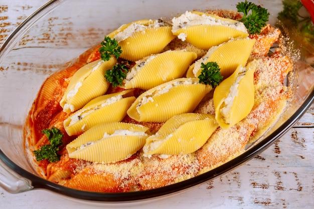 Faszerowane muszelki makaronu z grzybami i serem ricotta