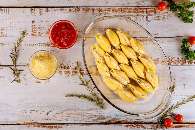 Faszerowane muszelki makaronu z ricottą, parmezanem i sosem