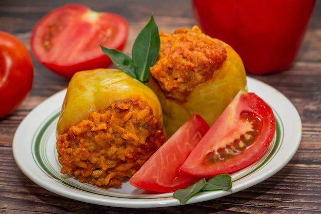 Faszerowane papryki z warzywami na talerzu