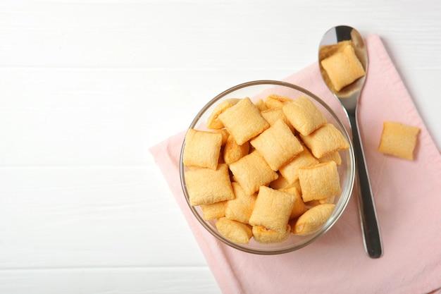 Faszerowane płatki kukurydziane na śniadanie na stole zbliżenie