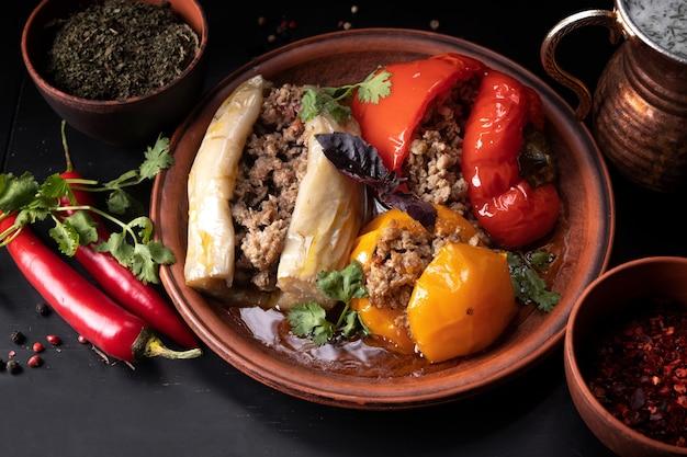 Faszerowane warzywa (dolma) z przyprawami
