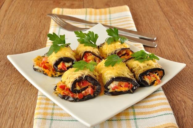 Faszerowany bakłażan z pomidorami, marchewką i serem