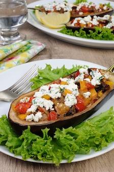 Faszerowany bakłażan z ricottą i warzywami w sałacie