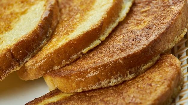 Fattiga riddare - danie z chleba namoczonego w jajku i mleku, a następnie smażonego, kuchnia szwedzka.