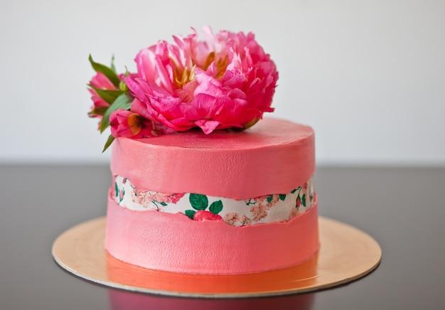 Faultline ciasto dekorowane papierem cukrowym i różową piwonią