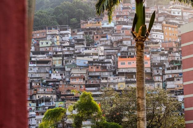 Favela da rocinha w rio de janeiro, brazylia - 26 sierpnia 2021: favela da rocinha, widziana z dzielnicy gavea w rio de janeiro.