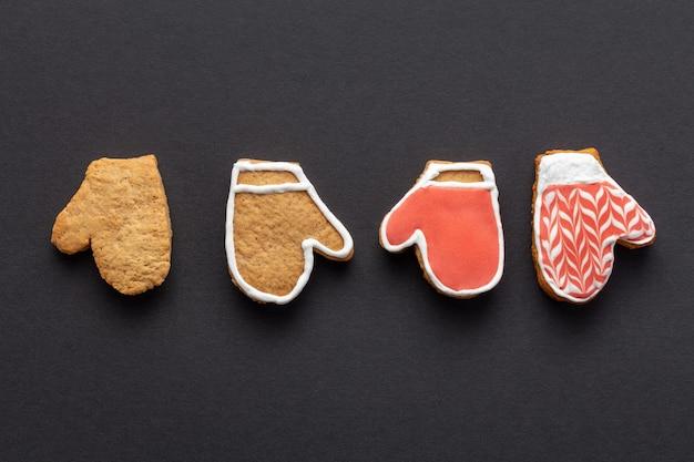 Fazy glazurowania świątecznego piernika w kształcie rękawiczki na czarnym tle