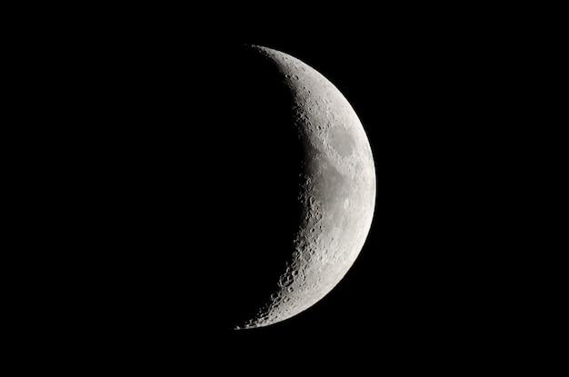 Fazy księżyca. woskujący półksiężyc