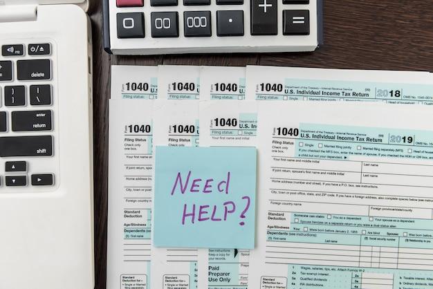 Federalny formularz podatkowy 1040 z naklejką, kalkulatorem i długopisem