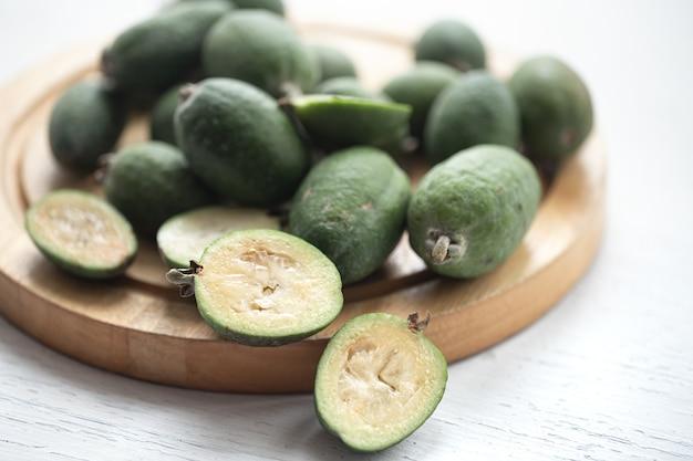 Feijoa zielony. feijoa selloana to uprawa owoców z regionów tropikalnych. koncepcja zdrowej żywności ekologicznej, ekologiczne produkty naturalne, wegetariańskie, surowe produkty.