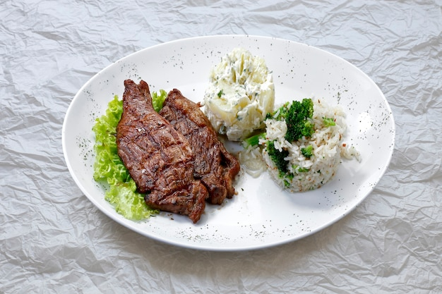 Feijoada, gulasz z fasoli z wołowiną i wieprzowiną, typowa brazylijska potrawa wywodząca się z brazylijskich niewolników