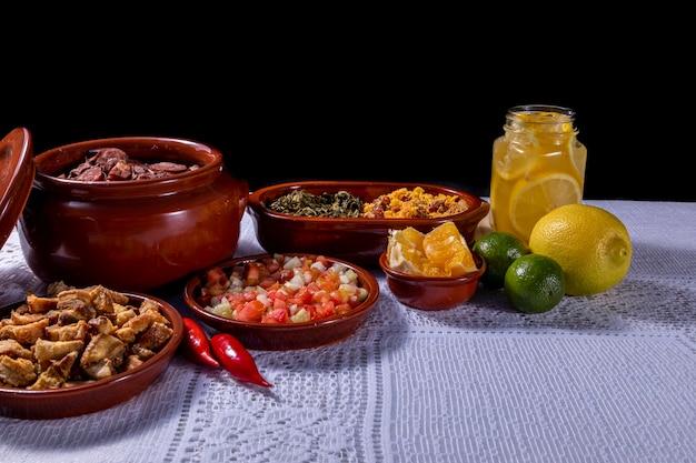 Feijoada, tradycja kuchni brazylijskiej i typowe jedzenie.
