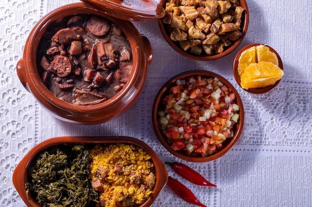 Feijoada, tradycja kuchni brazylijskiej z miejscem na tekst.