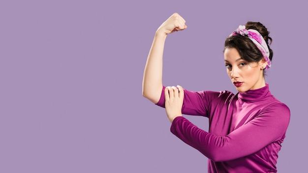 Feministyczna kobieta pokazuje jej władzy i kopii astronautycznego tło