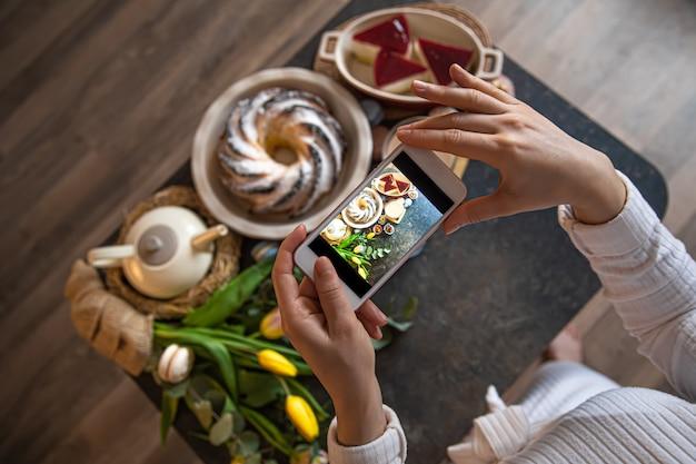 Ferie wielkanocne. zdjęcie stołu z telefonu.