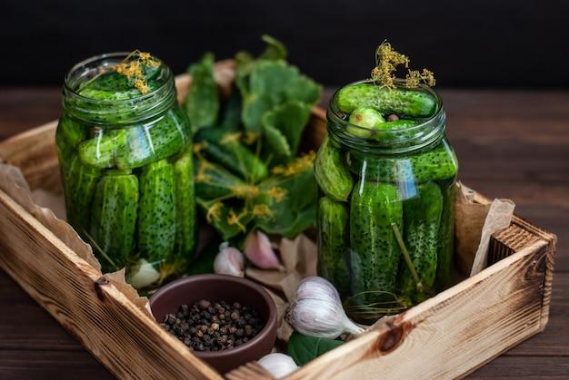 Fermentacja ogórków w szklanych słoikach
