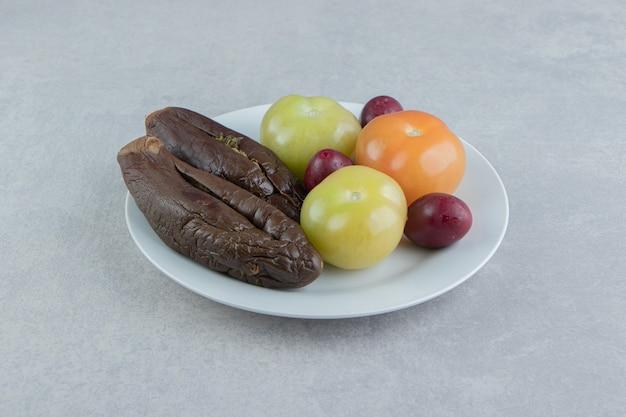 Fermentowany Bakłażan I Pomidory Na Białym Talerzu. Darmowe Zdjęcia