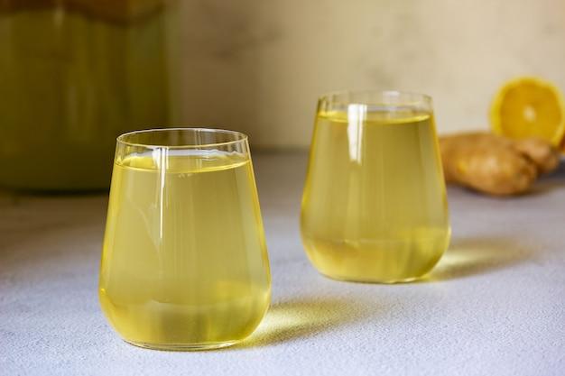 Fermentowany napój kombucha w szklanej szklance.