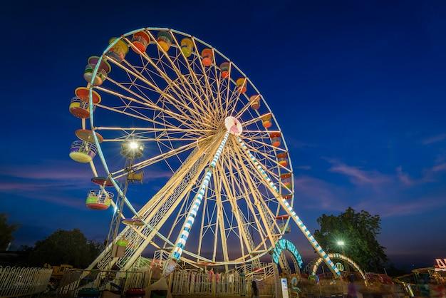 Ferris koło długich ekspozycji z zmierzchu niebo