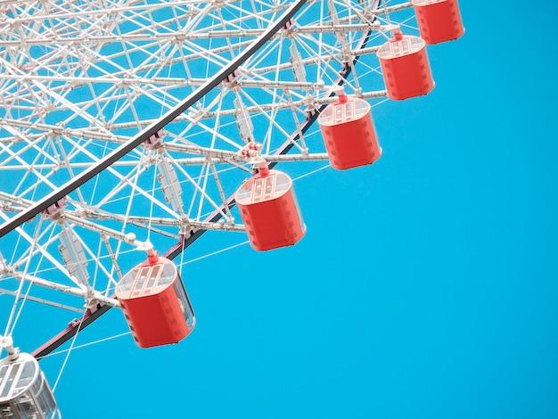 Ferris koło na niebieskim niebie