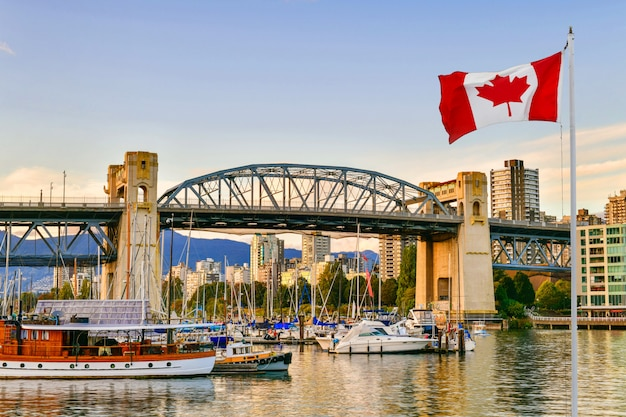 Ferryboat dokował along w vancouver, kanada