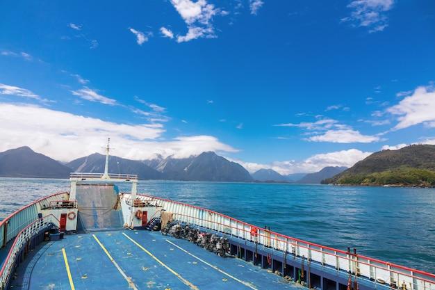 Ferryboat krzyżuje jezioro w patagonia, chile, ameryka południowa