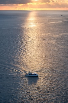 Ferryboat żegluje na morzu